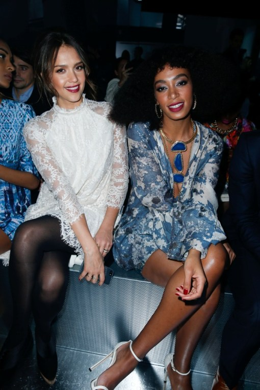 FOTO VIP - hm-fashion-show-jessica-alba-wearing-hm-solange-knowles-wearing-hm